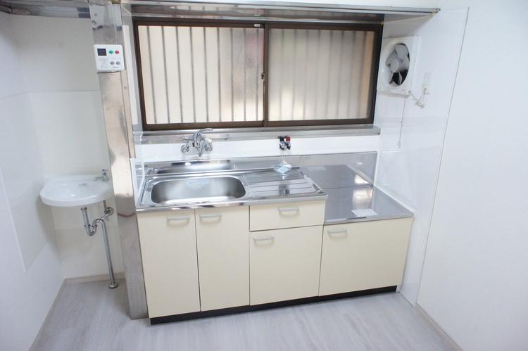 キッチンには窓がございますので、お料理後の臭いも籠りにくく快適にお使い頂けます。