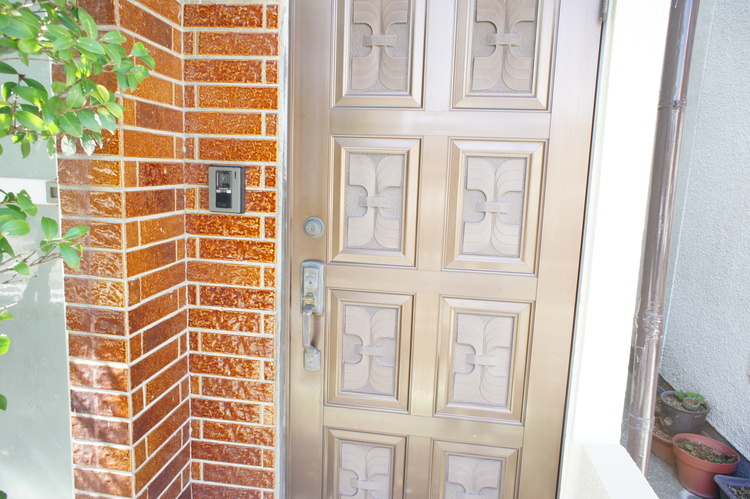 モニター付きインターホンで、お部屋に居ながら訪問者を確認できます。