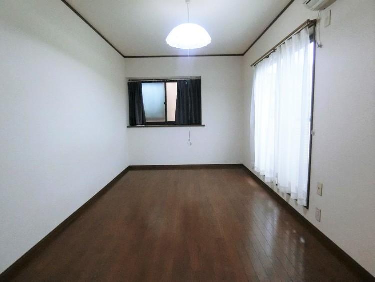 バルコニーに面した約7帖の洋室です。