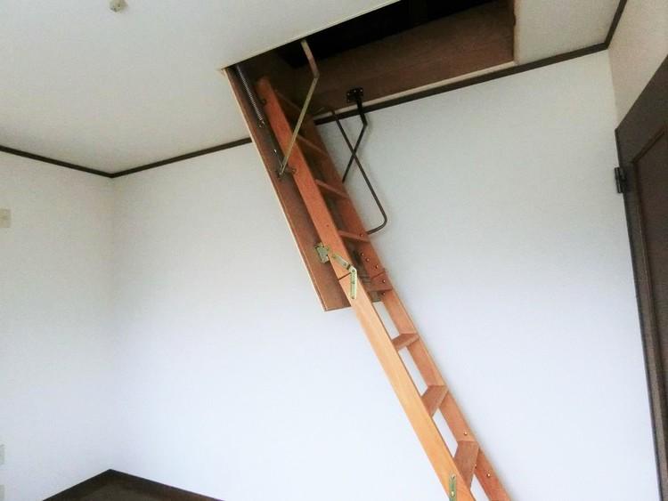 季節物などの収納にも便利な小屋裏収納付きです。