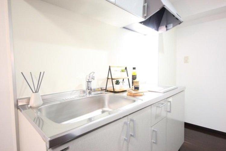 明るい自然光が入る作業スペースを多くとった壁付けキッチン採用。食器類もすっきりと片付く収納力。