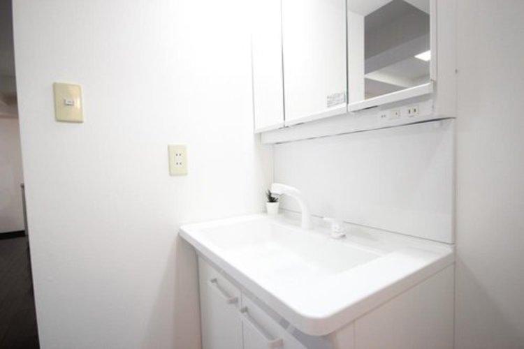 キッチンから洗面所へ直接行き来できる間取りなら、料理の合間に洗濯機を回したり、食後の後片付けをしながらお子様の歯磨きを手伝ったりと、スムーズに家事をすすめられます。