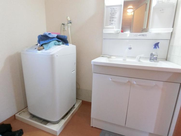 洗面台には収納ポケットが付いているので、細々した物も綺麗に片付けられそうです。