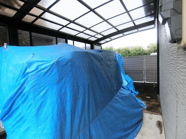屋根付きのカースペースは雨の日の乗り降りも楽ちんですね。