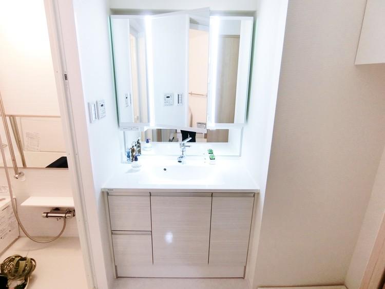 清潔感のある洗面台は毎日の身支度に便利な3面鏡タイプです。