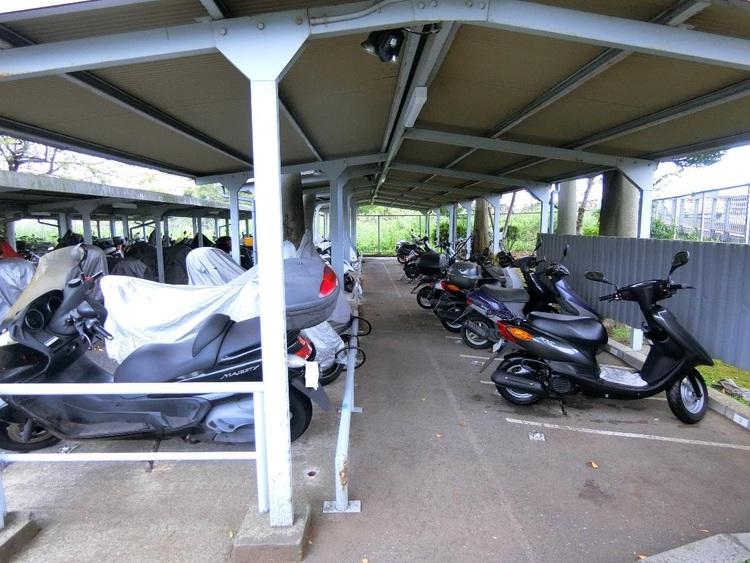 屋根付きのバイク置き場です。