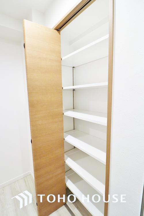 〜クローゼット〜 壁面には自由に高さをレイアウトしていただける可動式棚をご用意いたしました。雑貨やインテリア用品等を飾れば、オーナー様お好みのおしゃれな空間にしていただけます。