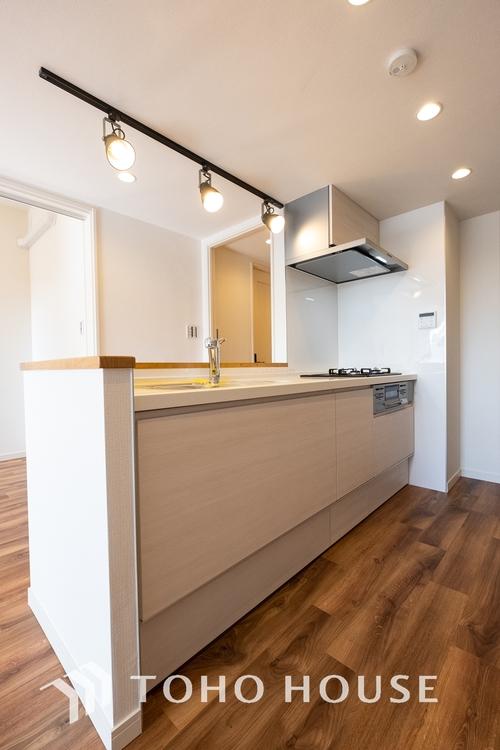 〜キッチン〜 お料理が効率的に捗る3口コンロを採用したキッチンです。収納も充実した造り。使い勝手の良いキッチンとなっております。