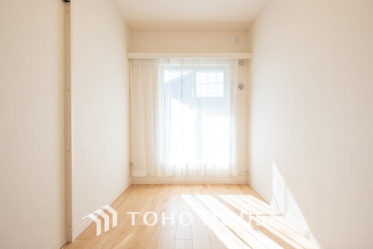 〜明るい居室〜 温もりある自然光を感じていただける居室です。飽きのこないナチュラルカラーの床にホワイトの壁紙は、色褪せることのない心地良さを作ります。