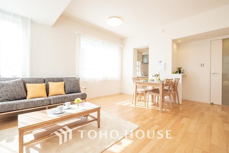 〜陽光溢れるリビング〜 穏やかな光が明るくリビングルームを包みます。心地よい空間が、ご家族のかけがえのない時間に優しく寄り添います。