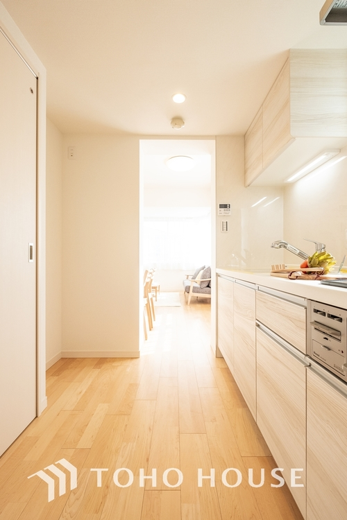 大型の冷蔵庫やレンジボードもしっかり置ける広々としたキッチンスペースが大事。ゆとりある空間で作業ができるとお料理の腕も日に日に上がりそうな気がしてきます。