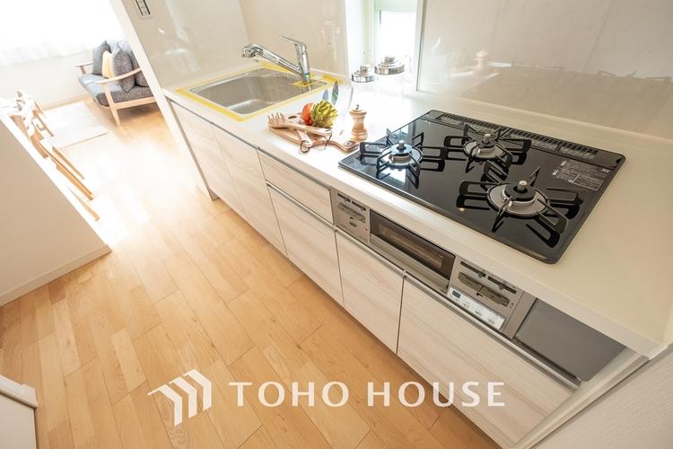 〜リフォーム済・キッチン〜 料理効率を上げる3口コンロ、浄水器、奥まで使い易いスライド収納を完備したシステムキッチンにリフォーム済みです。