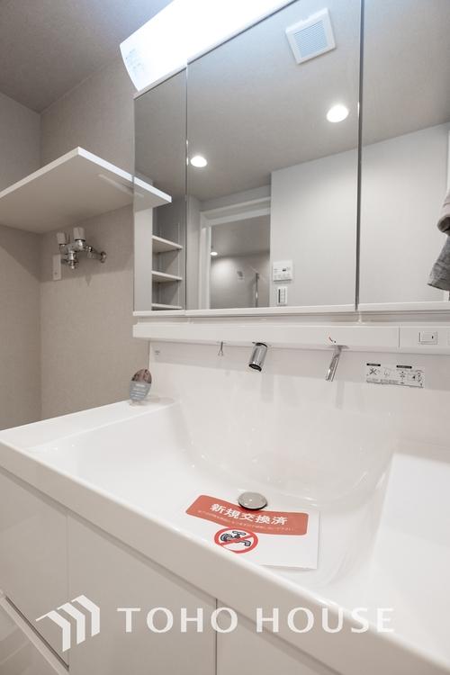 〜洗面台〜 洗面台には三面鏡を採用。身だしなみを整えやすい事はもちろんですが、鏡の後ろに収納スペースを設ける事により、散らかりやすい洗面スペースをすっきりさせる事が出来るのも嬉しいですね。