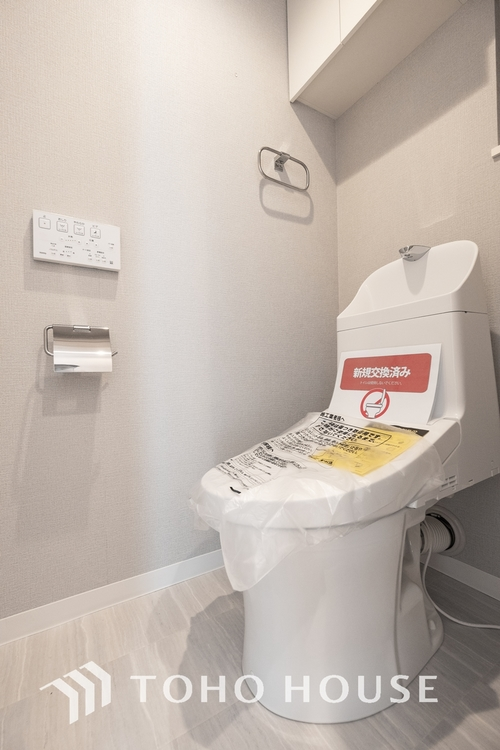 〜リフォーム済・トイレ〜 手洗い一体型のウォシュレット付きトイレに交換済みです。上部には棚を設置し、収納スペースを確保しました。