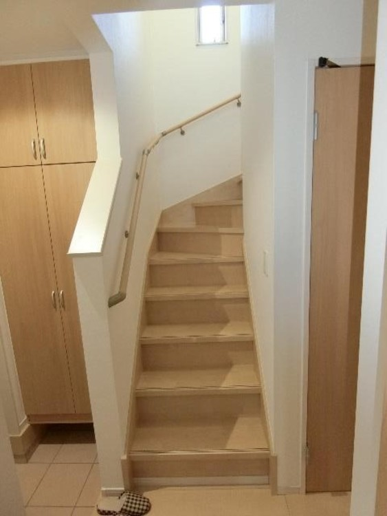 階段には手摺がついているのでスムーズに上り下りできますね。