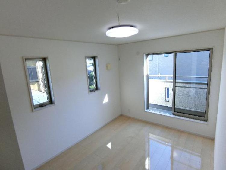 約6帖の洋室です。2面採光&バルコニーに面しているため、明るく開放感ございます。