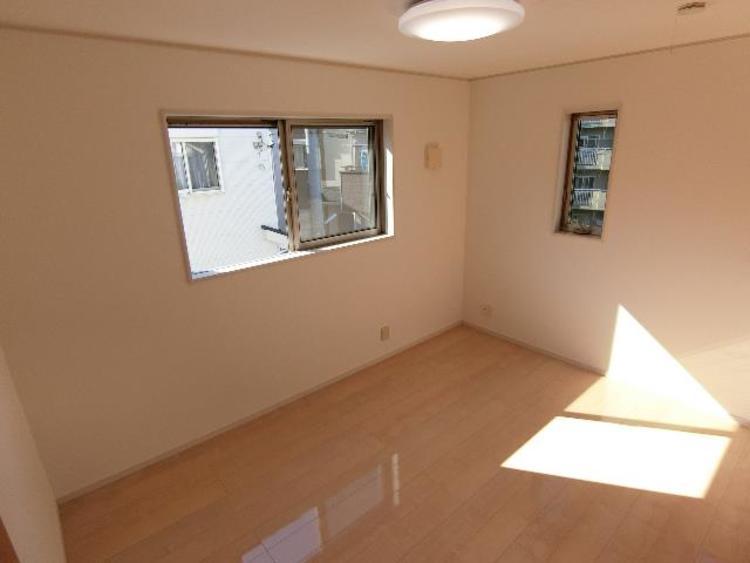 約6帖の洋室です。2面採光で明るく、風通しも良い空間になっています。