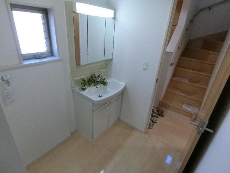 洗面所には窓があり明るく、風通し・換気も良好です。
