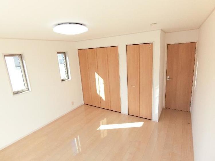 約9帖の洋室のクローゼットと物入れです。お部屋のスペースを有効的に使えそうです。