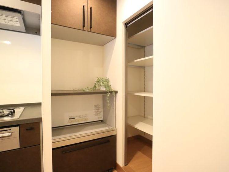 キッチンスペースには、食品のストックに便利なパントリーをご用意。すっきりと美しいキッチンでお料理を行うことができます。