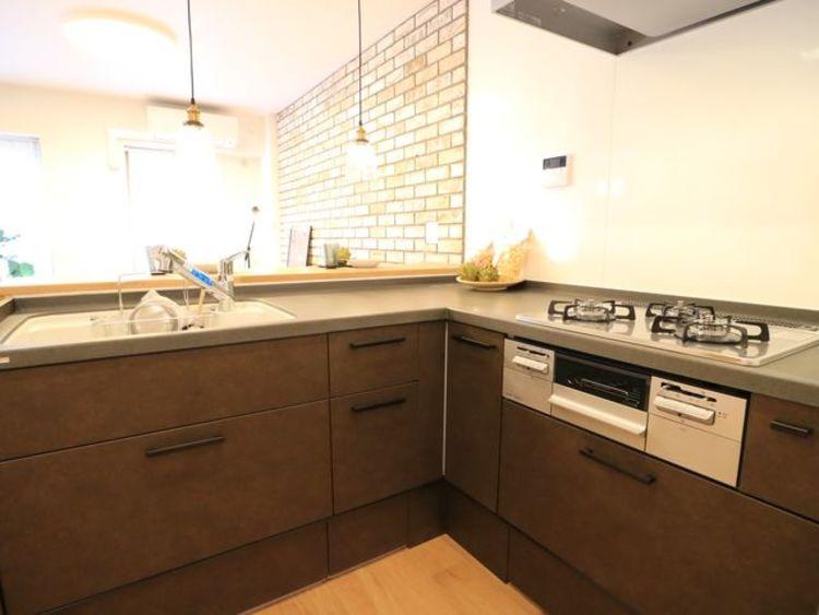 L字型キッチンはワークトップが広く、使い勝手に優れたキッチンです。手の込んだお料理も効率よく作れます。