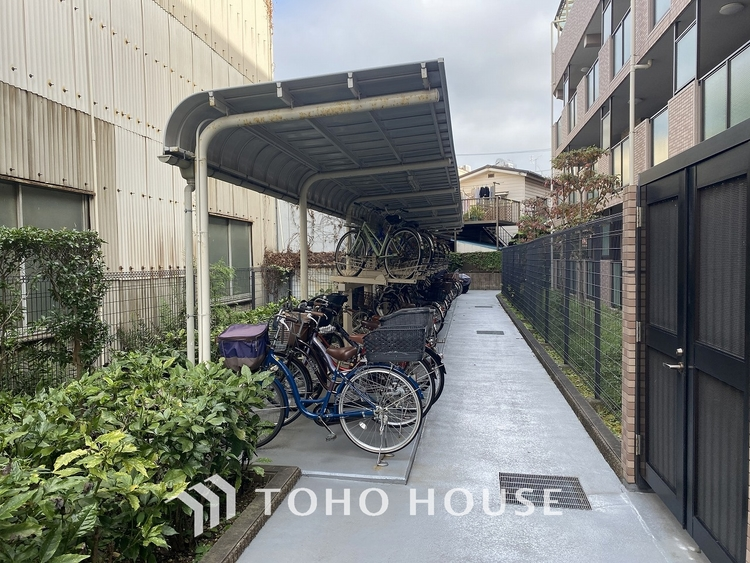 「駐輪場」共用の駐輪場です。きちんと整理されており、マナーと管理の良さが感じられます。