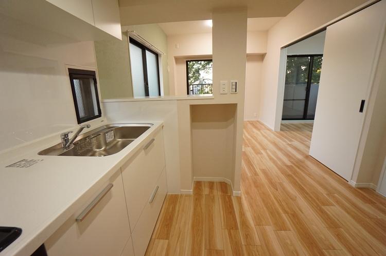 キッチンの横にカウンターがあり配膳台としても便利です