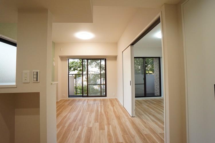 隣の洋室とつなげて開放的な空間に