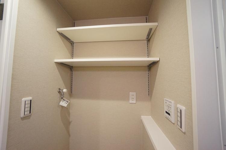 洗濯機置き場の上はカウンターと棚があり便利です