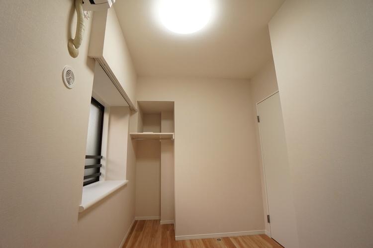 空間を利用した収納スペースあり!