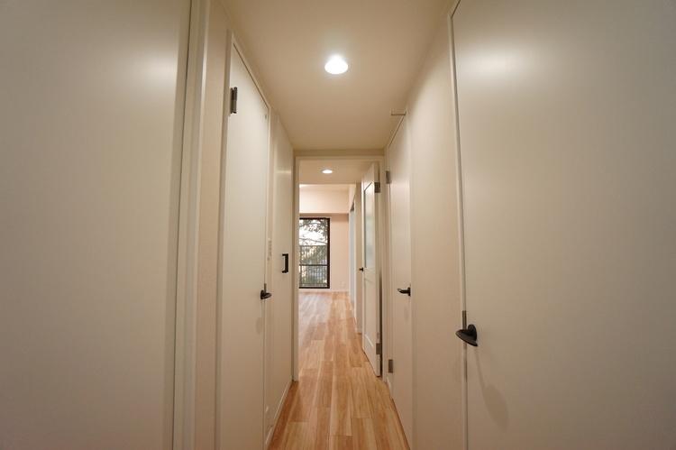 廊下 建具と壁がホワイトで明るい空間です