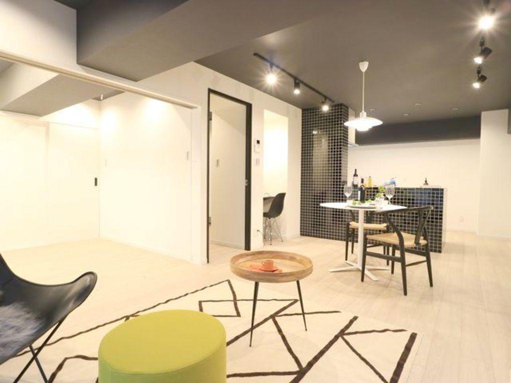 リノベーションだけでなく家具も一緒にコーディネートされました。間接照明やダウンライトも新規設置され、明るくやさしい雰囲気に包まれます。