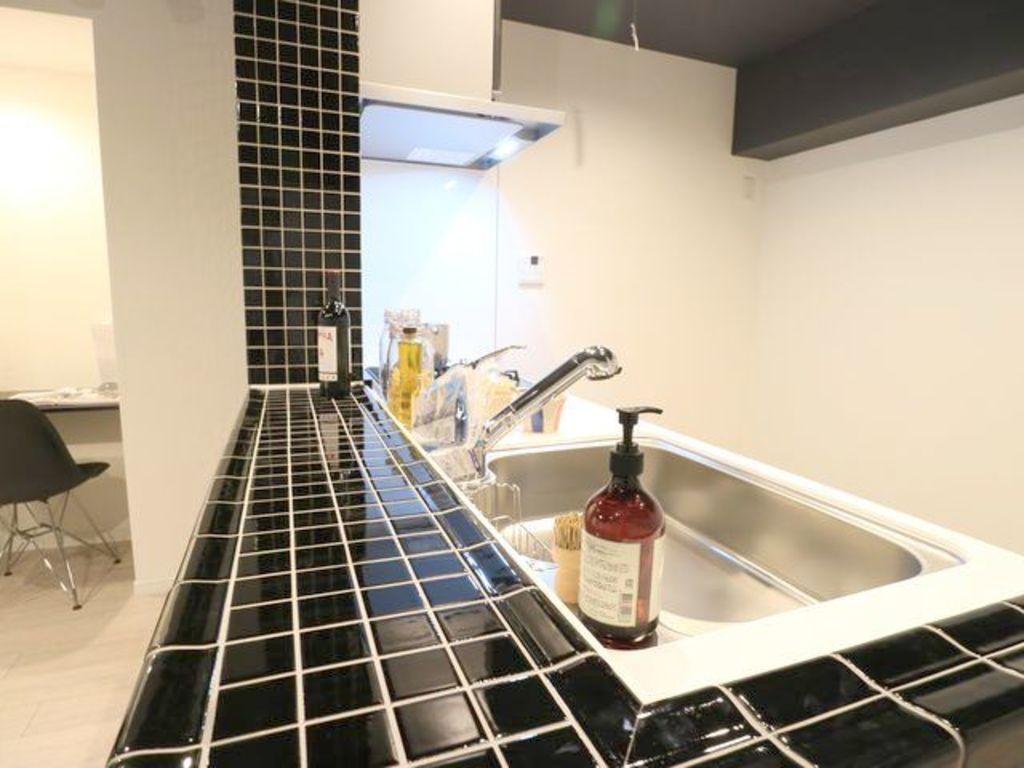 広々としたキッチンスペース。浄水器が付き、収納力があるシステムキッチンは料理が捗ります。カップボートや冷蔵庫を置いても十分なスペースが確保できます。