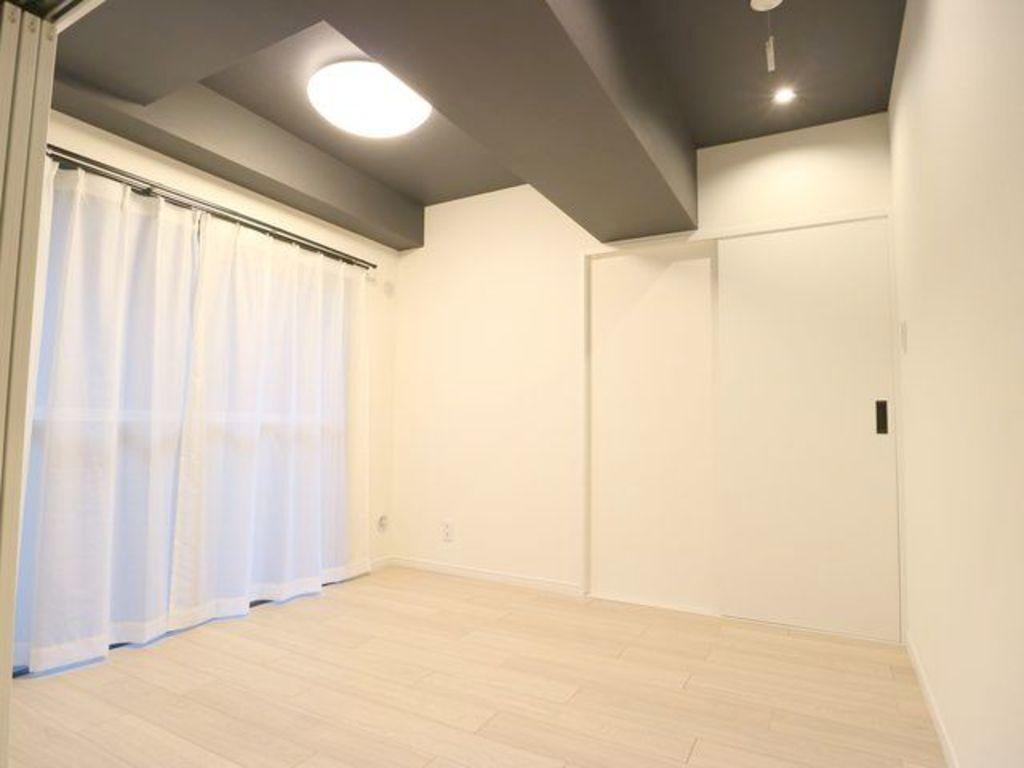 天井と壁のクロスを張替えを行い、シックな室内へとかわりました。落ち着きのある室内でアーバンライフを味わってください。