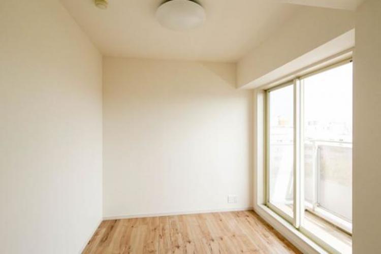 一日の疲れを取る主寝室は大型のベッドも配置が可能です。窓から注がれる光で家族とのコミュニケーションも明るくなりそうです。