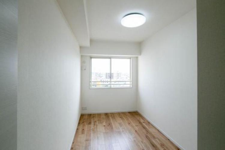 窓からの光は居室を明るく照らしてくれます。収納はハンガーパイプがあり、すっきりとした収納が可能です。普段使わないものなども収納が可能です。