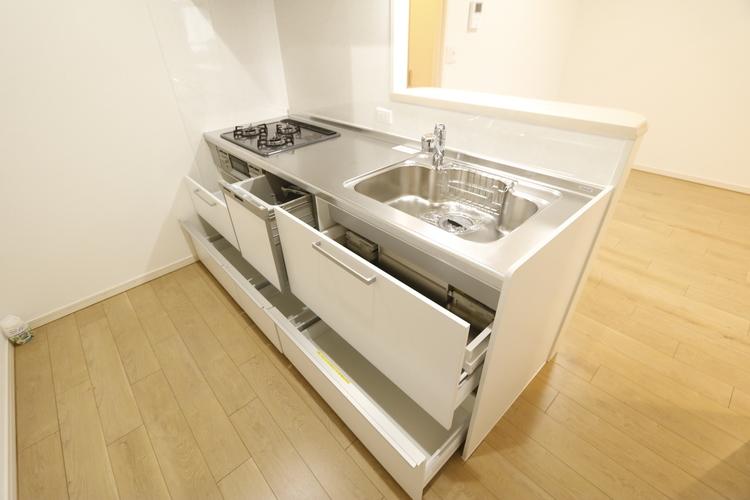 食洗器付きのキッチンを新調しております♪パントリーが備え付けられており、収納力有りです♪