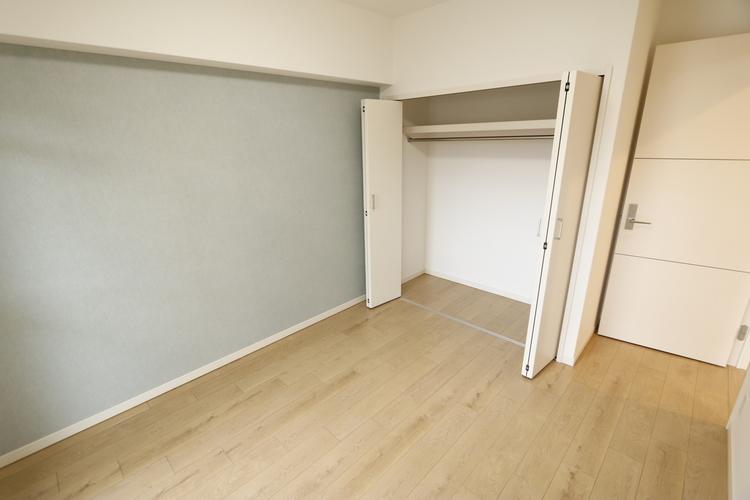 【洋室約4.3帖のお部屋】ウォークインクローゼットが備え付けられているお部屋となっております!収納力あり!