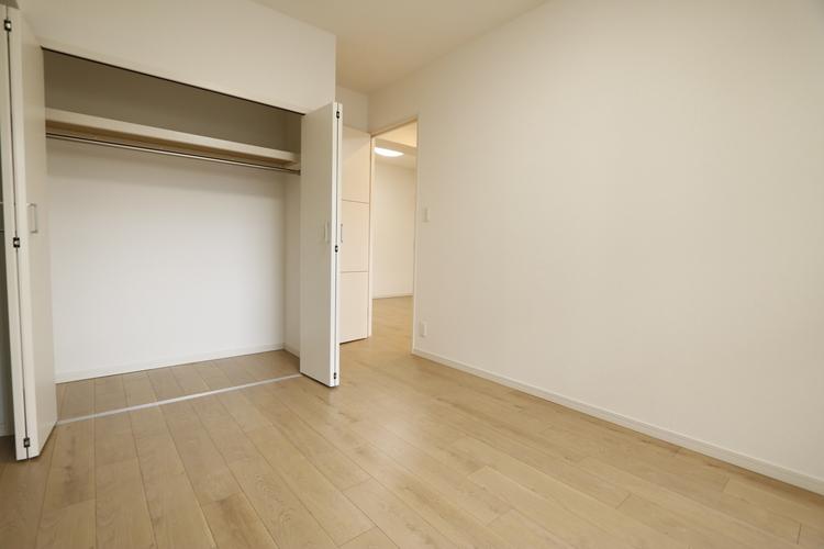 【洋室約5帖のお部屋】収納力のあるクローゼットが備わった、お部屋となっております♪