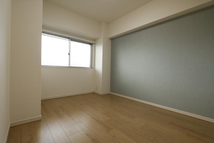 【洋室約4.5帖のお部屋】西向きには、小窓が付いており、明るく開放感のあるお部屋となっております♪