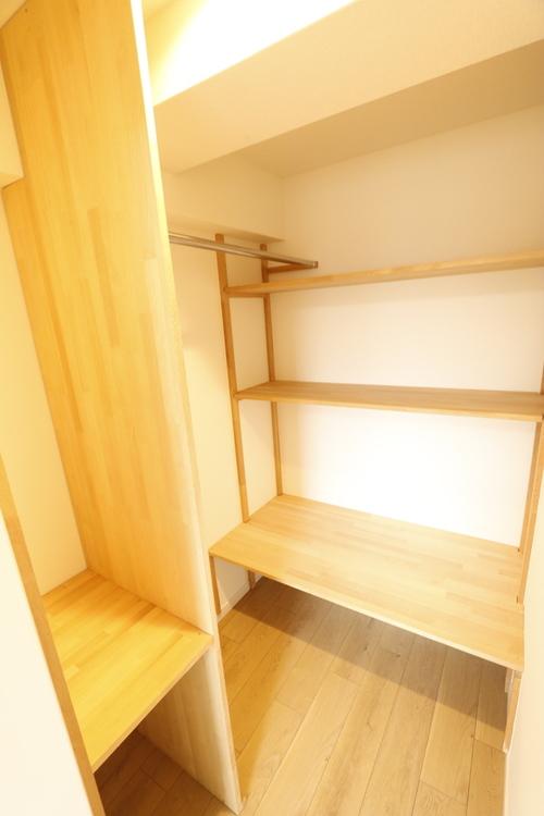 【洋室約4.3帖のお部屋】広々としたウォークインクローゼットが添え付けられており、収納力ありです♪
