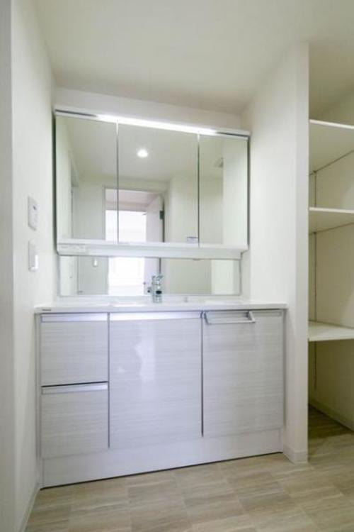洗顔、手洗いは勿論の事、シャワーヘッドになっているため洗髪も可能な多機能洗面台です。
