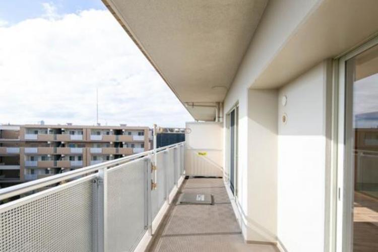 開放感のある南側バルコニーからの眺望。陽光、風通しのよいワイドバルコニー。お洗濯物も乾かしやすいですね!