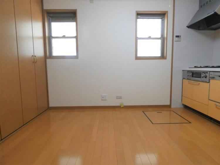 広々としたキッチンスペース。窓があり、換気にも優れております。