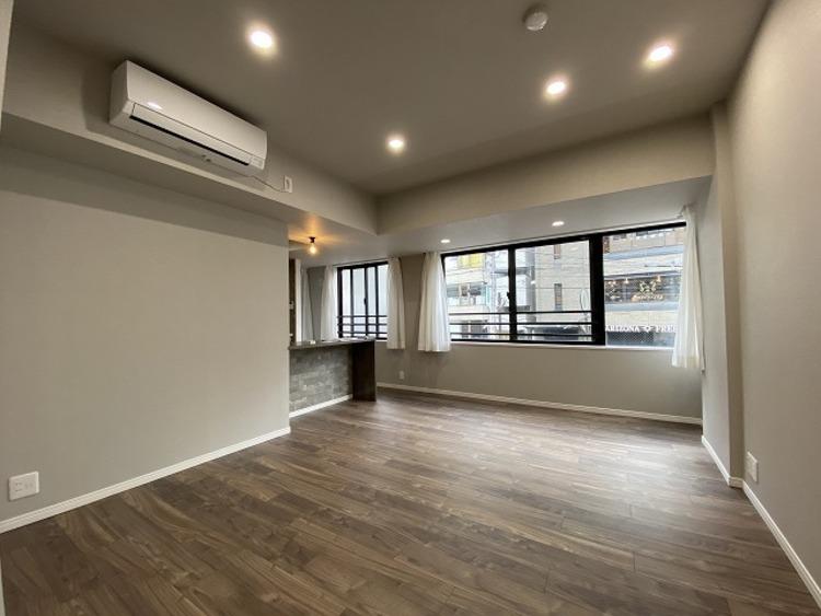 窓越しに射し込む自然光が風合い豊かな室内を照らし出し、落ち着きのある上品な空間を演出します。空間と光の調和が奏でる美しさは、生活にゆとりをもたらします。