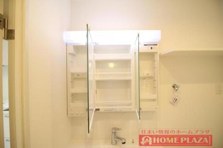 三面鏡の中も収納となっているので、洗面台をスッキリとお使いいただけます。