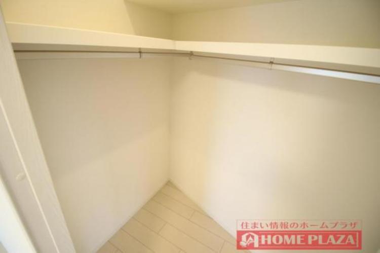 大きなウォークインクローゼット付きで、お部屋を広くお使い頂くことができます。