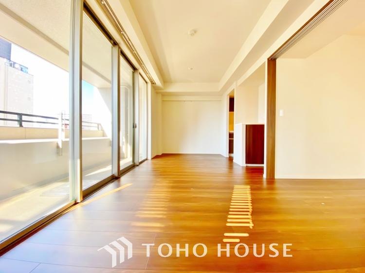 〜10.7帖・リビングダイニング〜 広々としたLDKは、家具のレイアウトも自由自在なので、ご家族の理想のスペースが作り上げられます。素敵なインテリアに囲まれた自分好みの空間を。