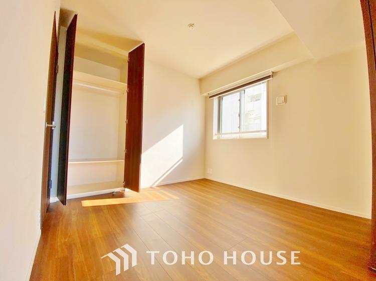 〜収納のある居室〜 クローゼットのあるお部屋。荷物を収納することでお部屋をスマートに見せることができます。気持ちの良い自分空間を。
