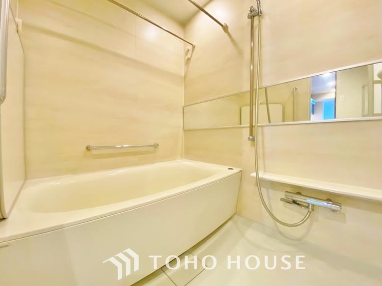 〜浴室〜 白を基調とした、シンプルながらも清潔感の溢れる浴室には、追い炊き機能・浴室乾燥機付き。もちろん、小さなお子様と入っても広々使えて、癒しのバスタイムになりますよ。